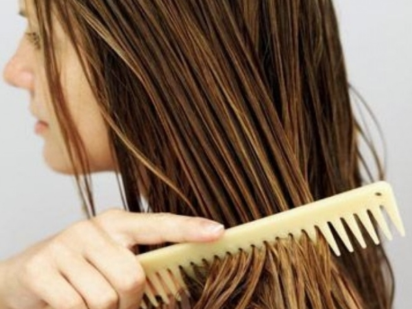 Combing-Your-Wet-Hair-From-Root-To-End