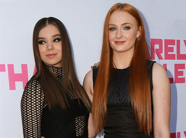 hailee-steinfeld-sophie-turner-straight-hair-barely-lethal-lead_副本